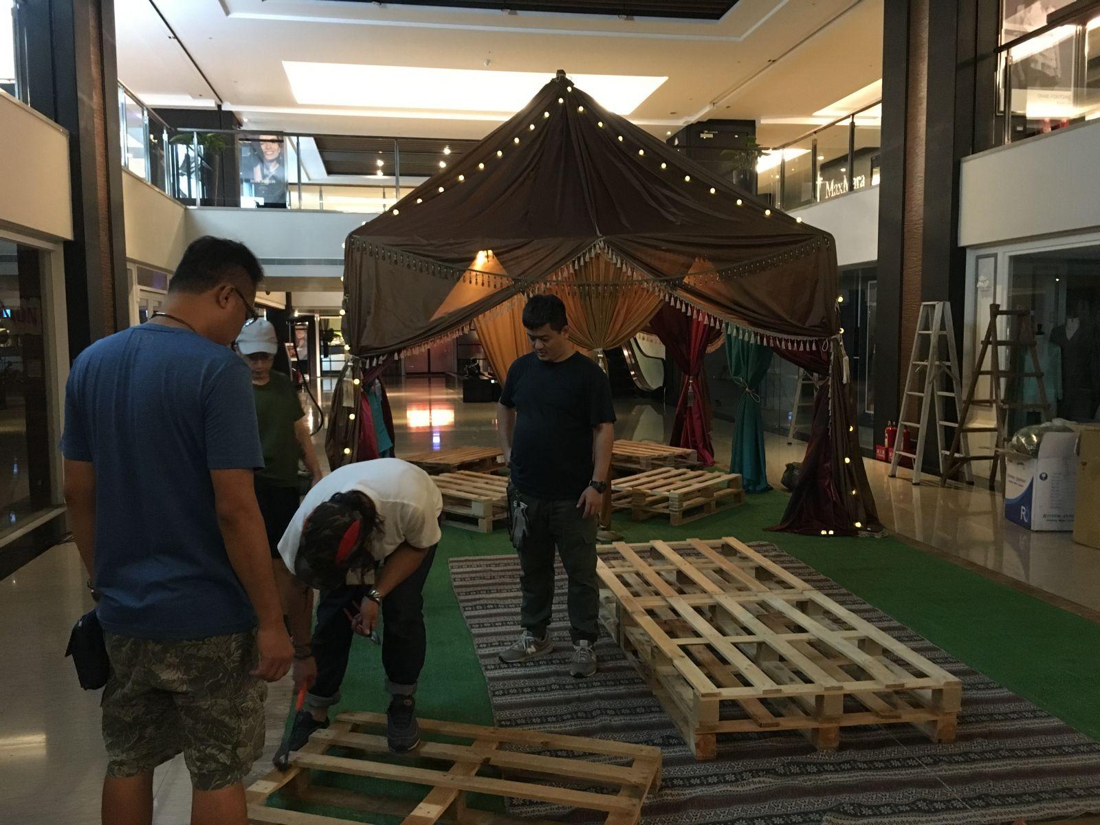 廠務在棧板上增加木條